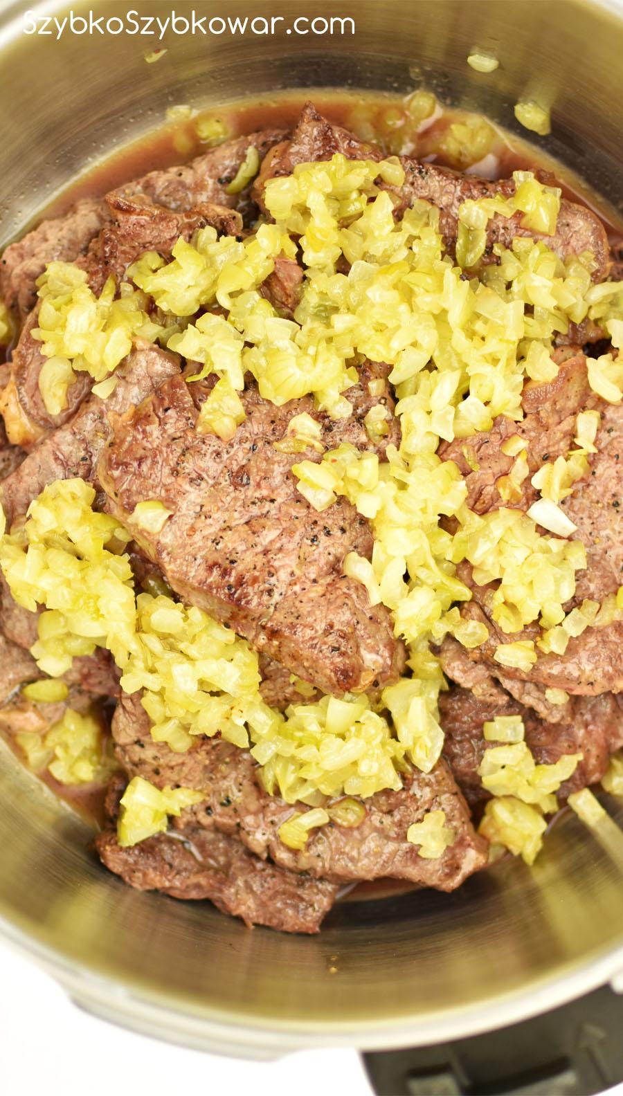 Podsmażona wołowina z podsmażoną cebulką z szybkowarze.