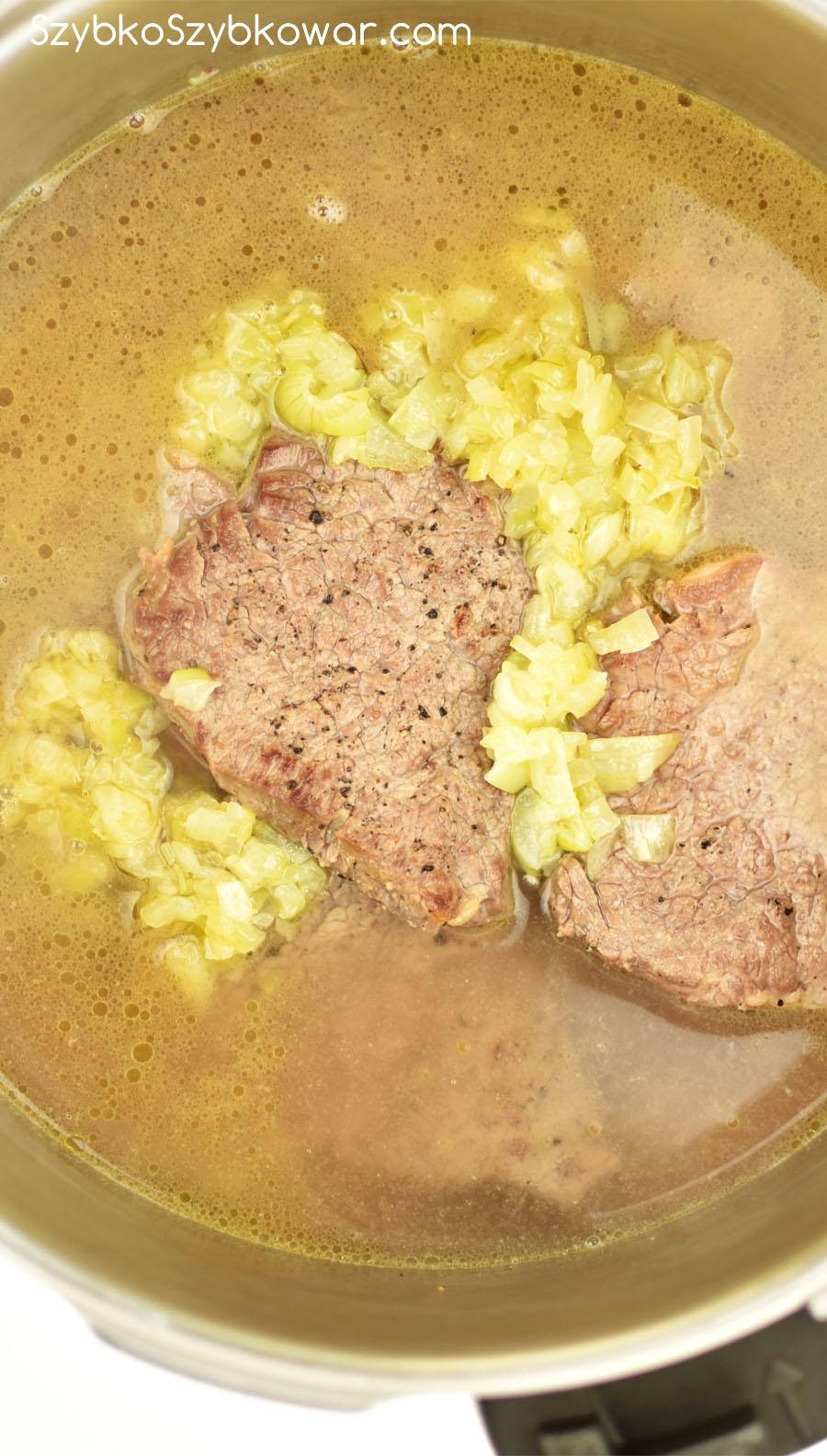 Wołowina zalana gorącą wodą zaraz przed gotowaniem.