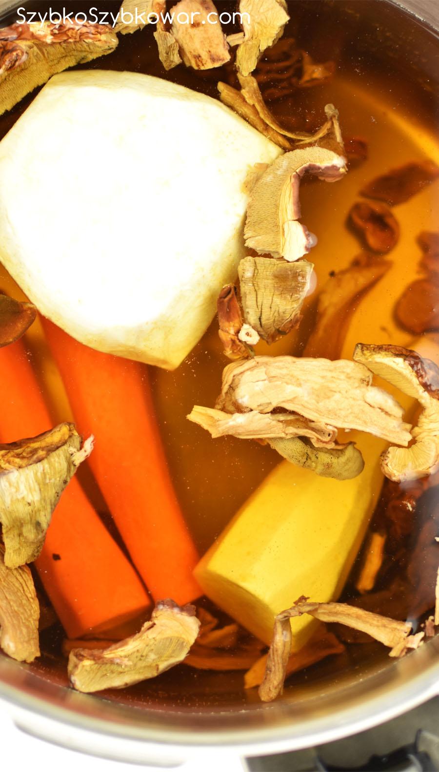 Warzywa dodane do opłukanych grzybów.