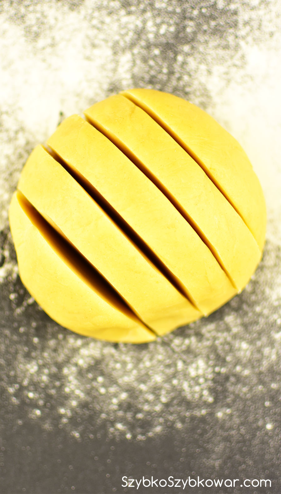 Ciasto podzielone na kawałki jednakowej wielkości.