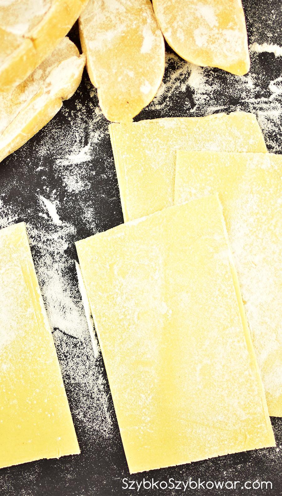 Plastry lazanii wycięte od szablonu i obsypane mąką. Nie muszą być idealne!