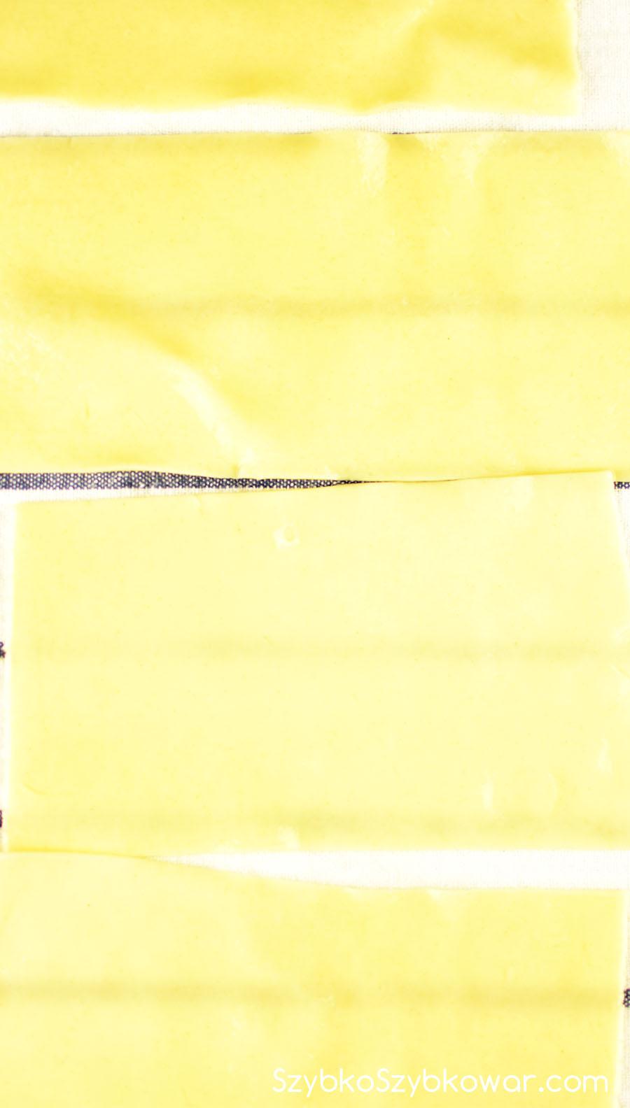 Schłodzone plastry wyłożone na deskę pokrytą ściereczką z materiału.