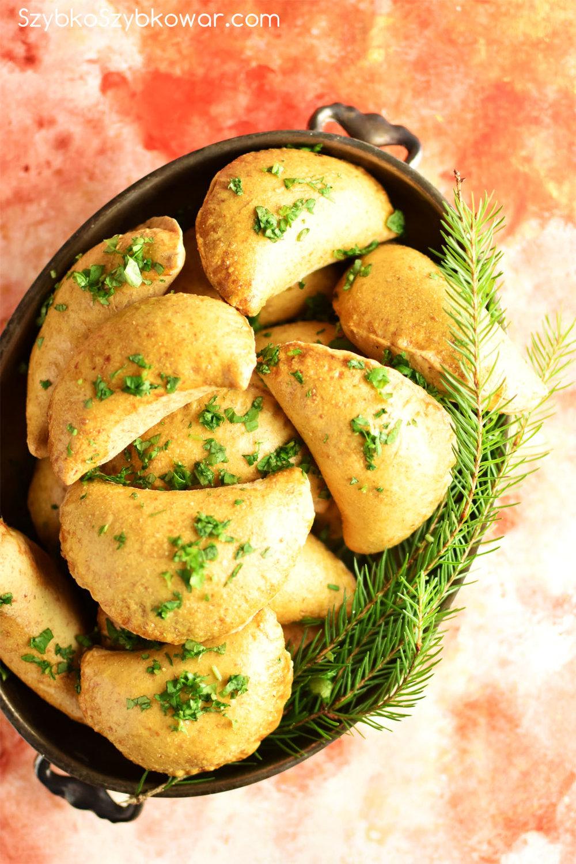 Pierogi pieczone z farszem z kapusty i grzybów.