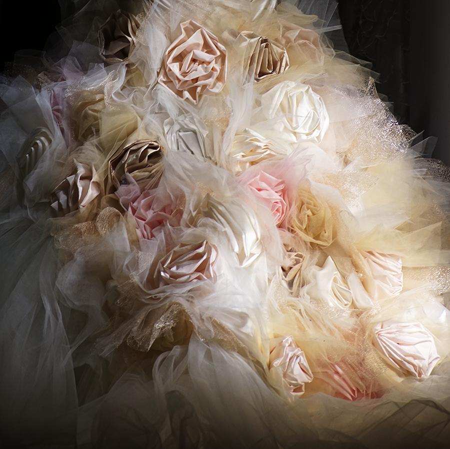 Νυφικό Alkmini από μεταξωτό ταφτά, απλικαρισμένο με μεταξωτά λουλούδια.