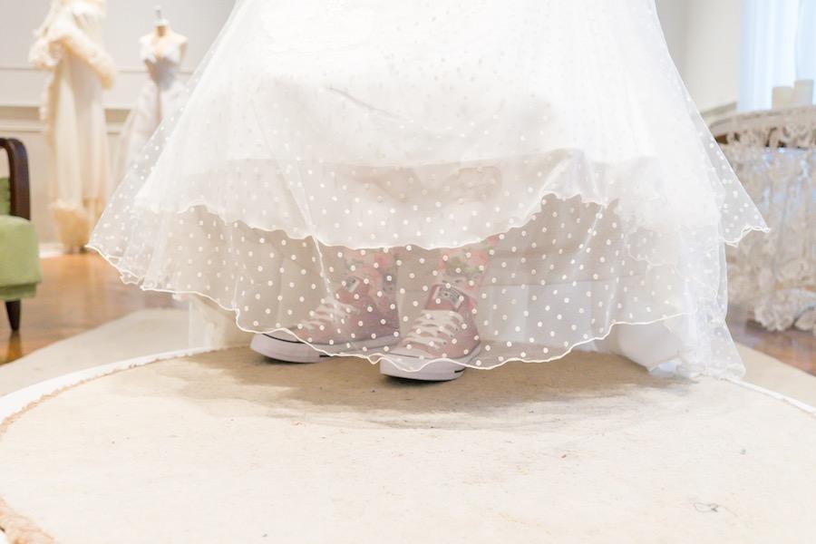Νυφικό Φόρεμα ALKMINI, παπούτσια All Star.