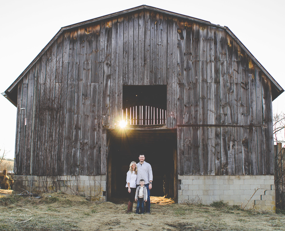 family-picture-barn