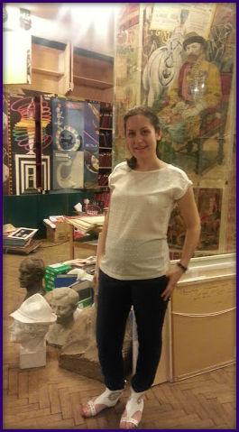 Entre las cabezas, posa quien está a cargo de los archivos de la fundación: Anna Zubkova.
