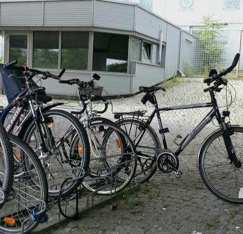 Los empleados de Naciones Unidas llegan a sus oficinas en bici.