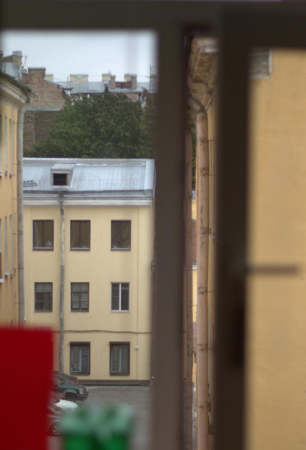 La ventana ya despojada. San Petersburgo, Rusia - Septiembre 2014