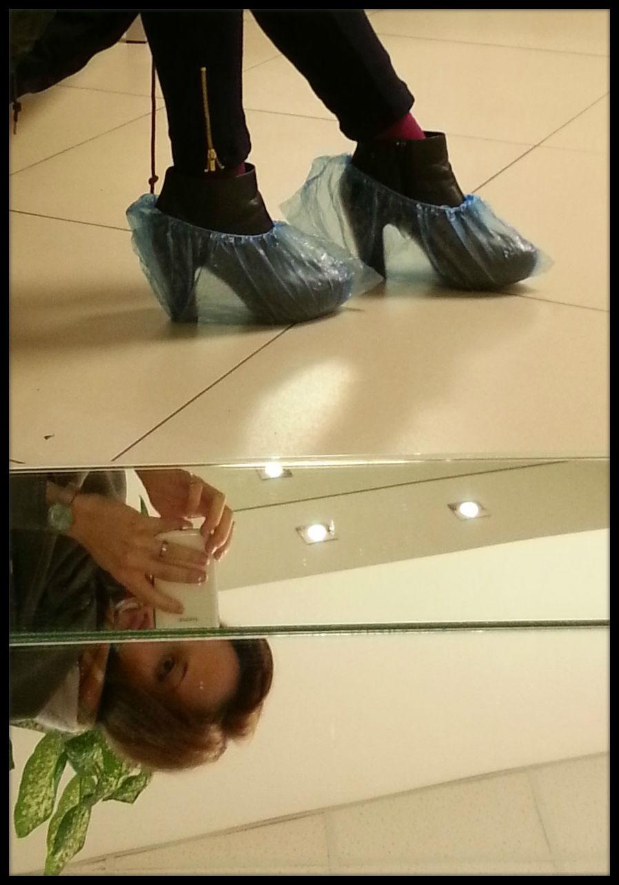 Sala de espera de la clínica. La cofia sobre el calzado es tendencia esta temporada.