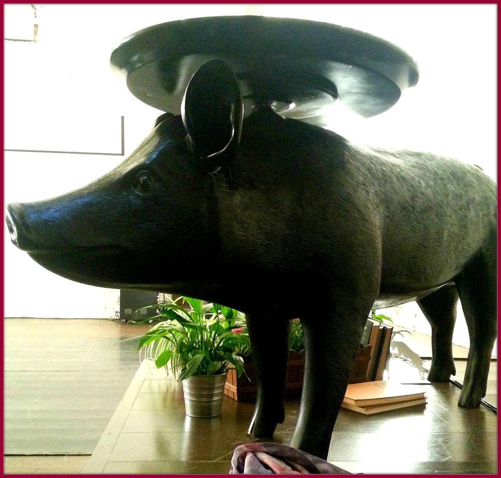 Estatua de cerdo presente en la sala donde se presentó Helder, de Cindy van Acker.