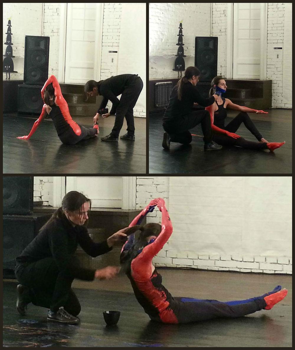 Cindy Van Acker(izq) y Stéphanie Bayle, Primero rojo, después azul y finalmente, negro: los tres colores de Helder (2013). San Petersburgo - Rusia