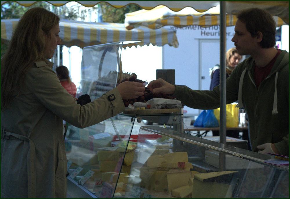 Markus, una mano libre y la otra enguantada, enplena acción. Rochusmarkt, Viena, Austria - Octubre 2014