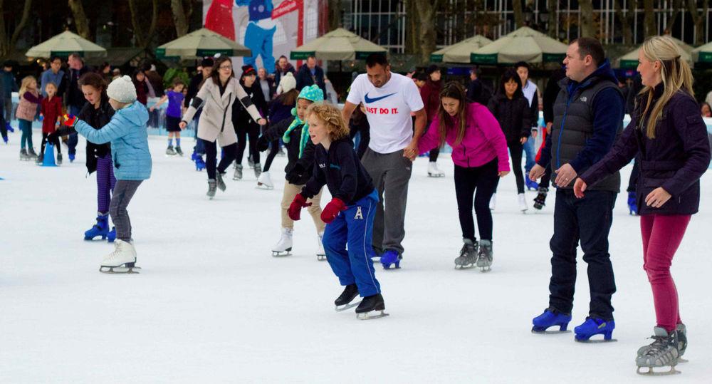 Redes sociales en la pista de patinaje del Bryant Park, New York. New York, Estados Unidos - Noviembre 2014