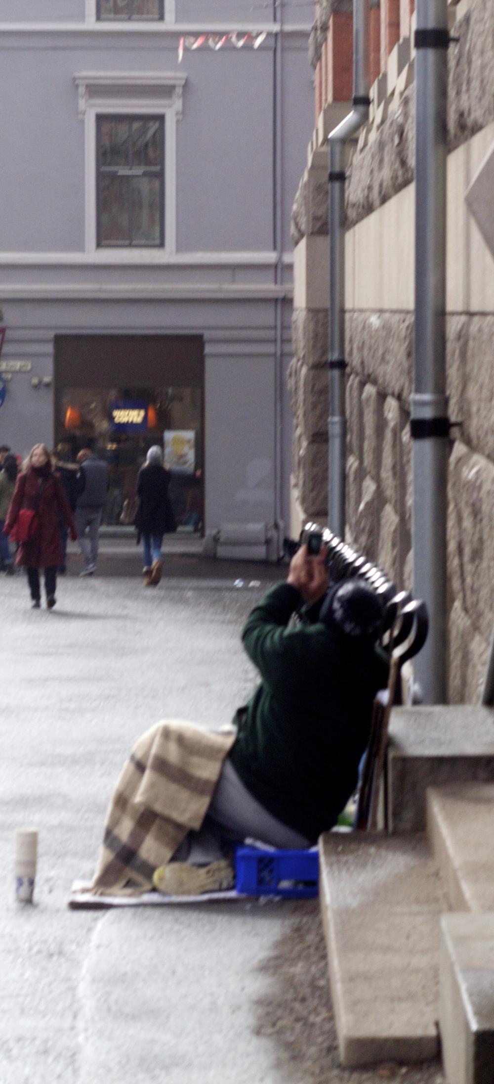 Mendigo fotografiando el eclipse total del Sol, el pasado jueves 19 de marzo.