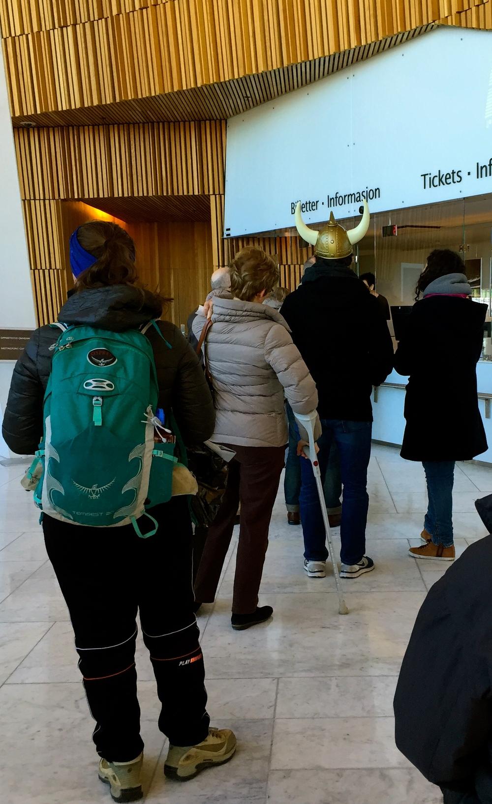 "Vickingo en la fila para comprar entradas a ""Carmen"", enla Ópera."