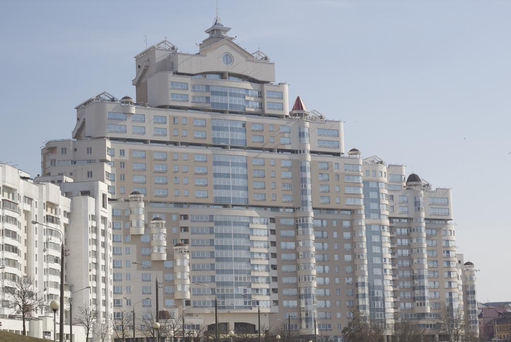 El edificio más feo (según la opinión de los locales) y con las expensas más costosas de la ciudad. Minsk, Belarús - Marzo 2015