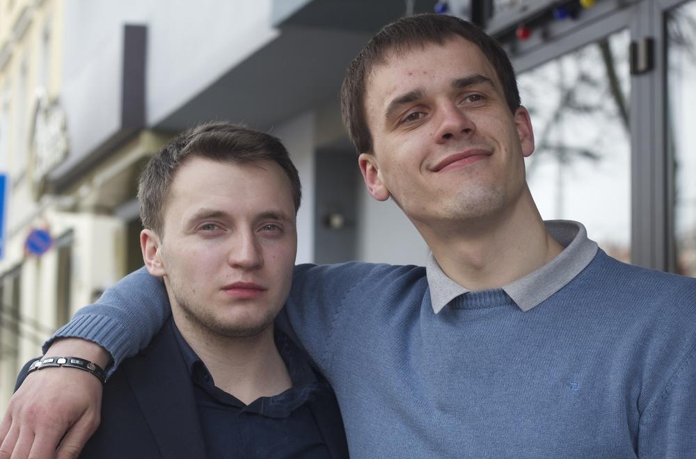 TRUEQUE DE FOTOS. Me saqué una selfie con los muchachos a cambio de poder tomarles una foto a ellos. Vilna, Lituania - Marzo 2015