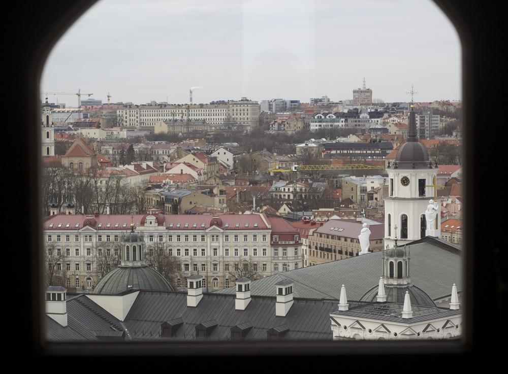 La ciudad, desde la ventana de una torre. Vilna, Lituania - Marzo 2015