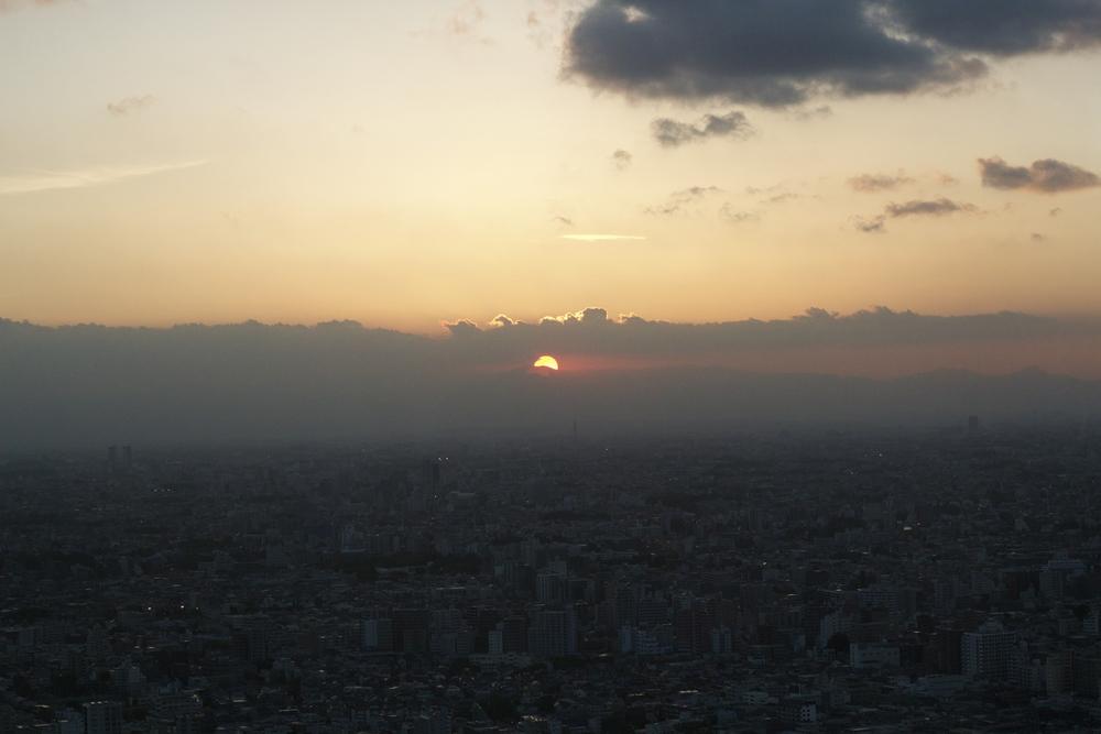 PISO 45 DEL EDIFICIO DEL GOBIERNO METROPOLITANO DE TOKYO. Es un observatoriopuertas adentro: sin terrazas ni balcones. En la fila para tomar el ascensor, hay un señor que conversa con los visitantes y les señala luces centelleantes, asegurando que sonOVNIs. Tokyo, Japón - Abril 2015
