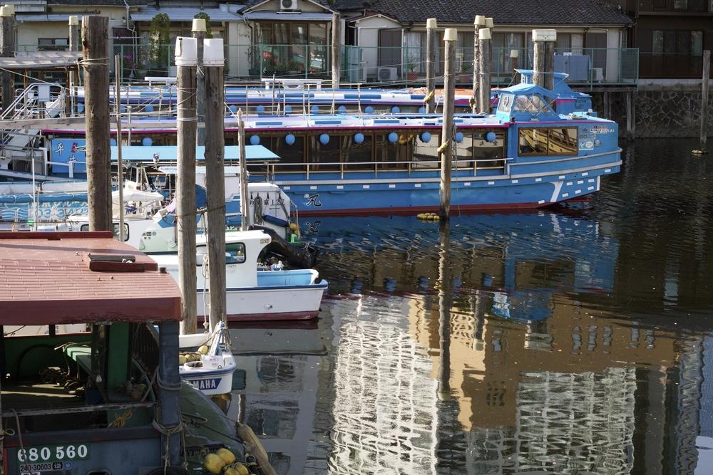 PUERTO EN SHINAGAWA. Casas y barcos de pescadores. Tokyo, Japón - Abril 2015