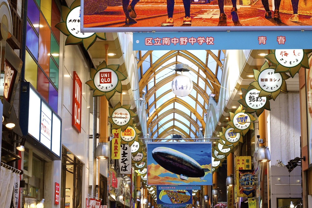 NAKANO SUN MALL.Justo frente a la salida Norte de la estación Nakano, empieza esta calle techada. A los costados, hay negocios donde se consiguen desde medias hasta celulares, incluyendo medicamentos, ramen y lapiceras. Termina justo enNakano Broadway, un shopping especializado en productos de anime. Tokyo, Japón - Mayo 2015