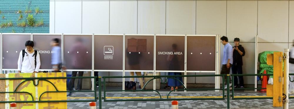 SMOKING AREA.En muchas partes de Tokyo, no está permitido fumar. La distribución no es tan evidente: al menos, no para el turista. En algunos bares y restaurantes se puede, pero en muchas partes de la ciudad, hay unos carteles pintados sobre las veredasque señalan la prohibición de fumar. Tokyo, Japón - Mayo 2015