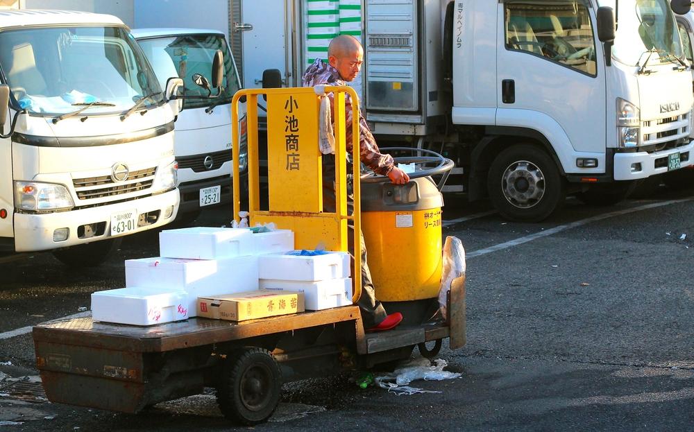 BARRILES MOTORIZADOS. Los vehículos en el mercado de pescados van rápido, aparecen de cualquier parte y en cualquier momento, pero nadie sale herido. Tokyo, Japón - Mayo 2015