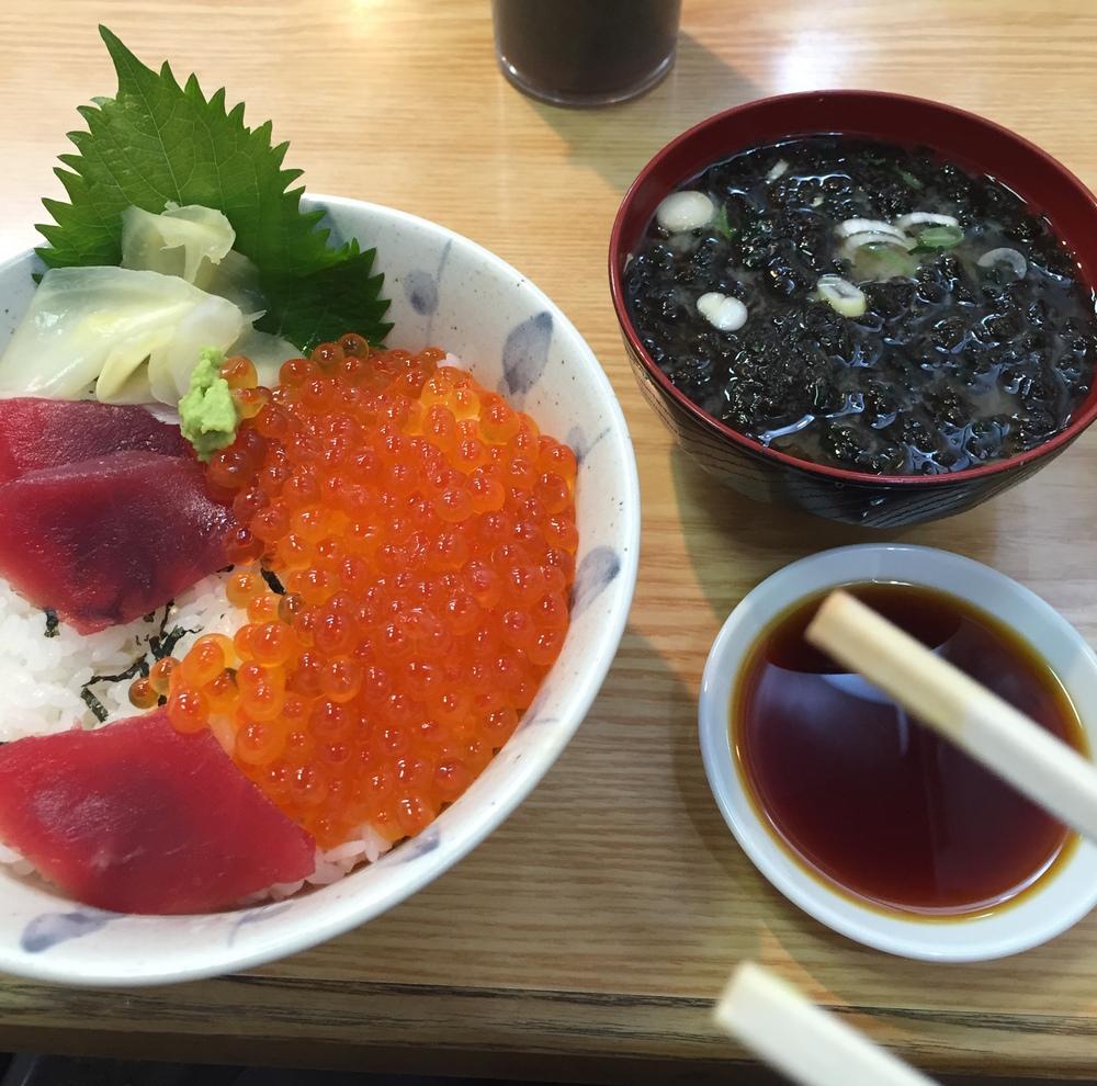 ¡MI KAISEN DON! =DEn los restaurantes ubicados en el mercado de pescados se puede comer excelente pescado, a un precio decente. Tokyo, Japón - Mayo 2015
