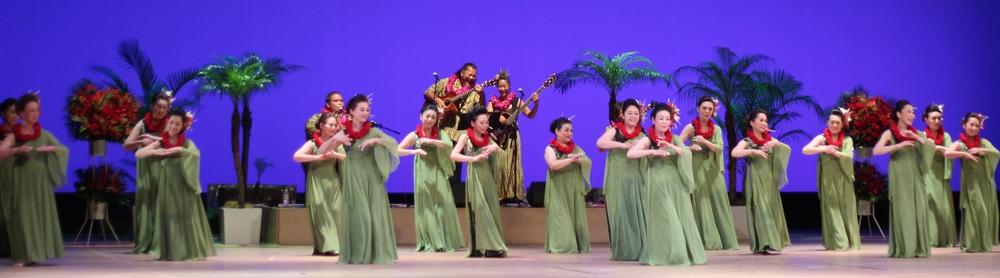 HAWAIIAN FESTA. Festival de música y danza hawaianas en Tokyo. Empezando desde la izquierda, en la cuarta columna, segunda fila(o simplemente, la mujer debajo del guitarrista concentrado) está Maki. Además de bailar, corre maratones, hace hiking y surf. Tokyo, Japón - Mayo 2015