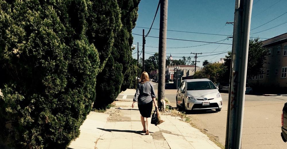 Vecina caminando descalza. Miércoles 9am. San Diego, CA, EEUU.Febrero 2016