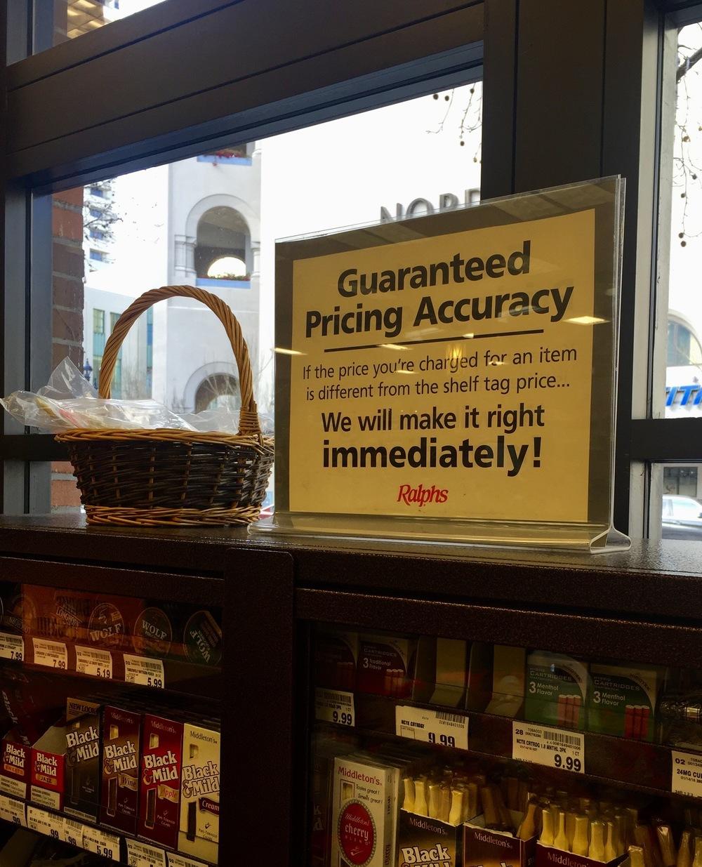 """Reetiqueteo. (""""Garantía de precios fijos. Si te cobran un precio diferente al que estaba en la góndola, lo corregiremos INMEDIATAMENTE"""") San Diego, CA, EEUU.Febrero 2016"""