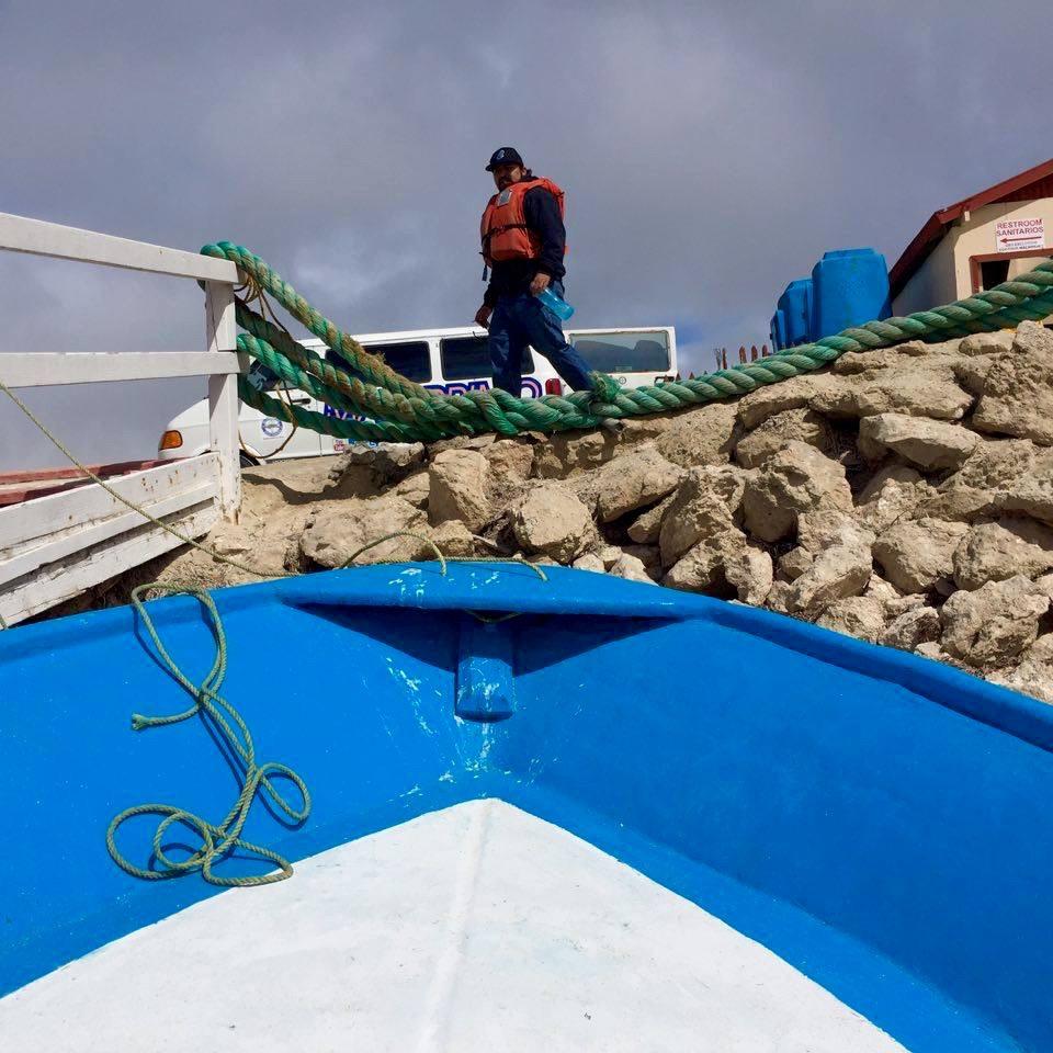 Antes de zarpar. La subida a la lancha tuvo más adrenalina que el momento de tocar una ballena. Cada pasajero lo hacía como podía y estaba permitido resbalarse! Guerrero Negro, México - Marzo 2016