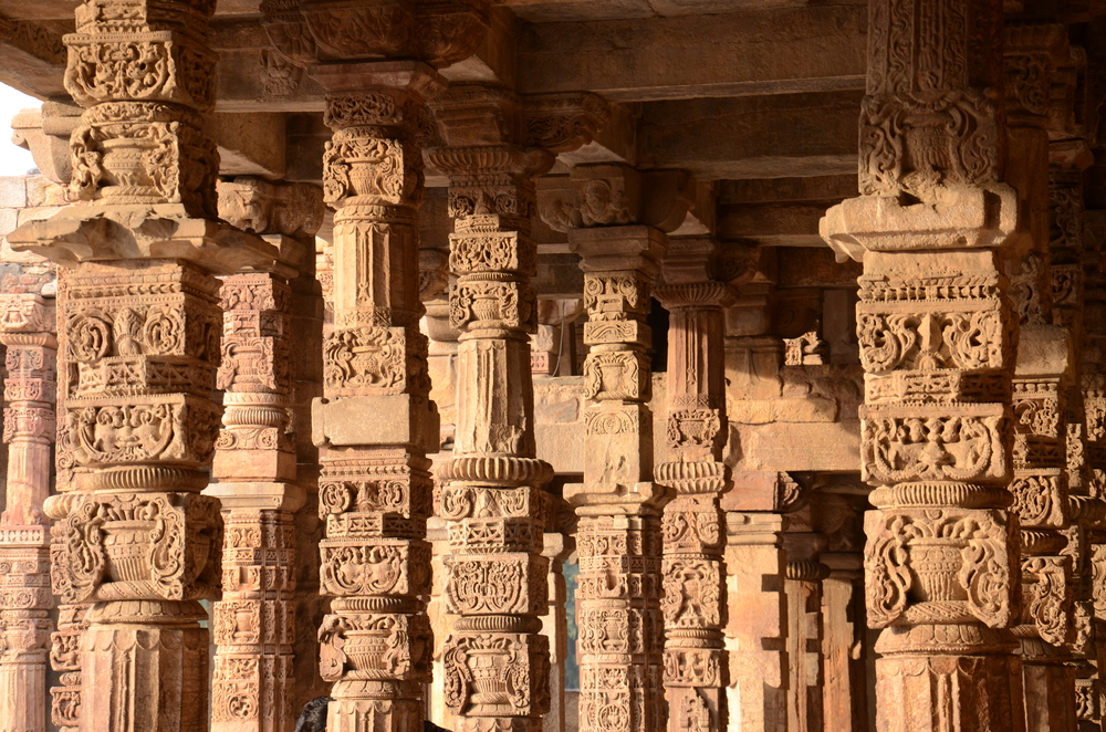 Columns in the Qutb Complex
