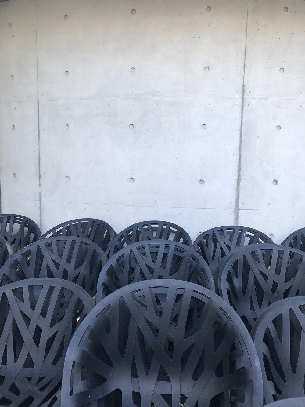 Vegetal Chairs vor dem Tadao Ando Haus