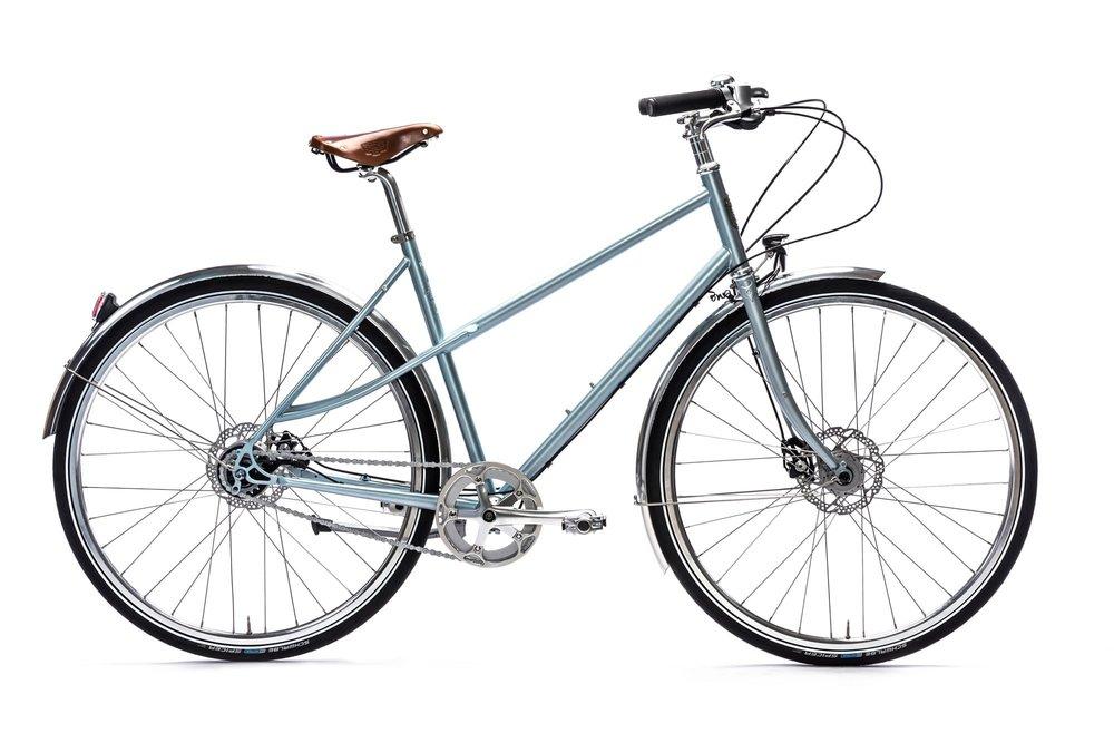 2. Excelsior Fashionista. Wow! Das war unsere Erstentdeckung! Super Vintage-Look und ja ein gutes Schloss sollte auch hier drin sein! 999 EUR  3. LAUREL von PURE CYCLES aus L.A. Dieses Citybike in schickem Blau gibt es ab Mitte Mai 2017, auch ein Knaller! 499 EUR  4. DRAISINA von Velo Ce. Ciao Ragazzi! Was für ein stylishes sportives Italo-Bike. Okay Wir kaufen auch einen Helm!  5. CLEO Single Speed von Brick Lane Bikes London. Dieses britische Single-Speed-Modell lässt bestimmt jeden Kurierfahrer alt aussehen. We like. 500 EUR  6. Airisto Commuter von Pelago. Dieses finnische Velo kann noch durch einen Korb sowie weitere Gimmicks ergänzt werden. Wir haben es auf der Messe sehr tief ins Herz geschlossen. 1.550 EUR  7. FRAU STANDERT SSFW 17 von Standert. Bikes aus Berlin-Mitte für die ganze Welt. Dieses royalblaue Fahrrad will einfach direkt zum Tempelhofer Feld uns alle Freibäder dieser Stadt ausgeführt werden! 1.490 EUR  8. Cortina Olev von CORTINA. Also Vordergepäckträger sind ein Muss! Solides und nices Citybike! 799 EUR  9. Lotte von Schindelhauer. Ja auf die knallrote Lotte müsste man ein Riesenauge werfen, wir sind echt verliebt in dieses Premium-Rad aus Deutschland! 1.850 EUR  10. Bisou Saffron yellow von tokyobike. Sonne im Herzen und auf dem Rahmen! 650 EUR