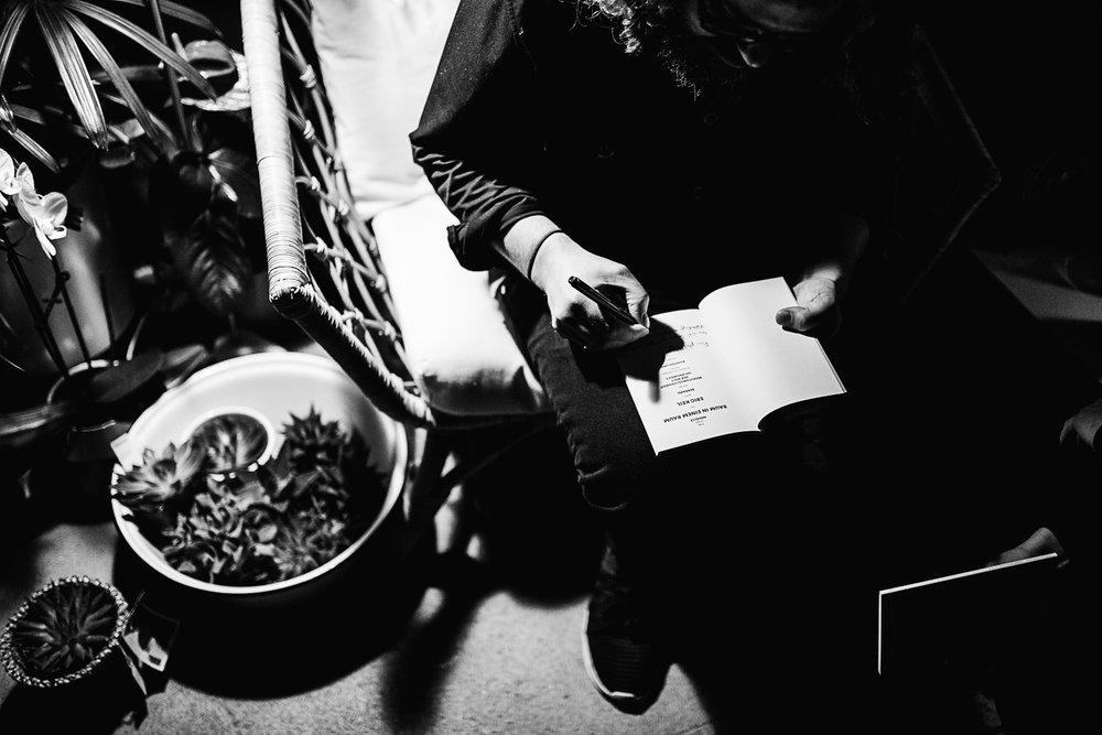 Der Dezember des letzten Jahres war turbulent und voller toller Momente. Wir berichten und zeigen ja vieles auf Instagram. Unser Studio, Maison Palmė, im wilden Berliner Wedding wurde im Dezember unter anderem auch zu einem Weihnachtspopup-Store, was mehr oder weniger wie ein Apartment aufgebaut war, umfunktioniert. Dieses gemütliche Ambiente bat perfektes Surrounding für eine Lesung, zu der wir keinen geringeren als Eric Keil eingeladen haben. Ein gemütlicher Freitagabend sollte natürlich standesgemäß mit einem guten Drink gefeiert werden. Wir haben uns dem Gin aus dem Hause Tanqueray No. Ten verschrieben und sind so in den Genuss feinster Drinks und amüsanter Lesekost gekommen.
