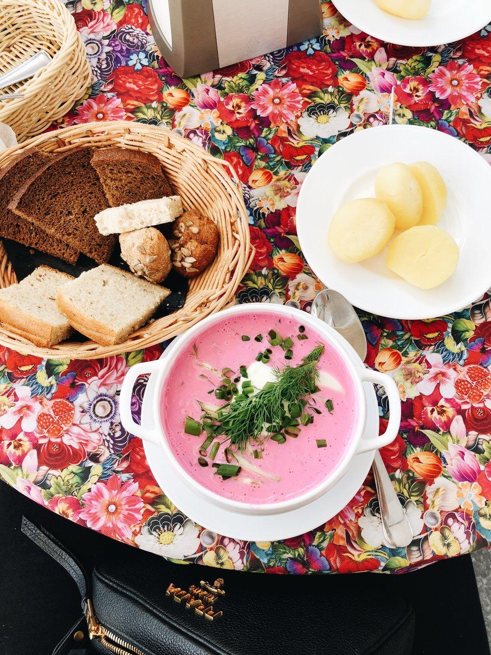3. Das Essen! Die traditionelle litauische Küche ist zugegebenermaßen recht deftig, aber äußerst schmackhaft. Gerade im Sommer führt kein Weg an Šaltibarščiai – der kalten Rote Beete Suppe mit frisch gekochten Kartoffeln vorbei. Traditionell sollte mindestsens einmal Cepelinai bestellt werden. Das ist Hackfleisch ummantelt mit Kartoffelkloßteig halb und halb. Dazu gibt es ausgelassenen Speck und saure Sahne, perfekt gegen Kater oder vorm Ausgehen ;-) Leider wird unser liebstes Lokal Neringa derzeit kernsarniert, weswegen wir hier keine Restaurantempfehlung aussprechen können. Die Litauerinnen und Litauer essen diese Gerichte meist nur daheim und nicht auswärts, aber das ist ja ohnehin überall so. Was wir damit sagen wollen, einfach in einem litauischen Lokal ausprobieren!