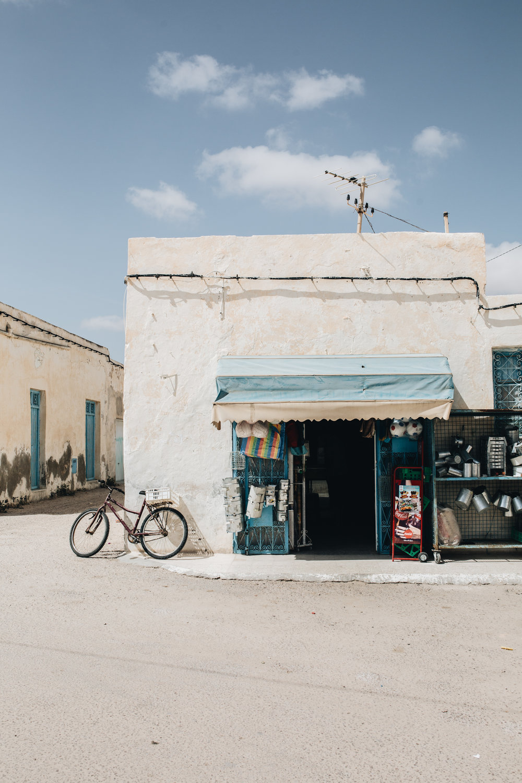 Djerba: Über Dromedare mit Hüten und Liegen am Pool
