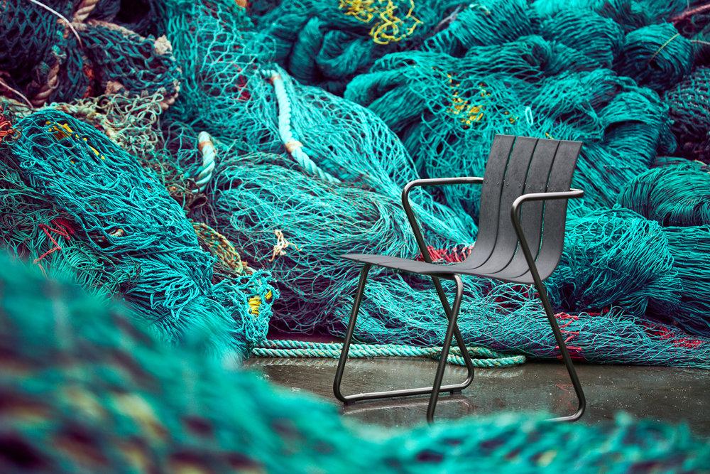 Der OCEAN zeichnet sich durch seine leichte Struktur mit wiederholten Lamellen und Metallrahmen aus.