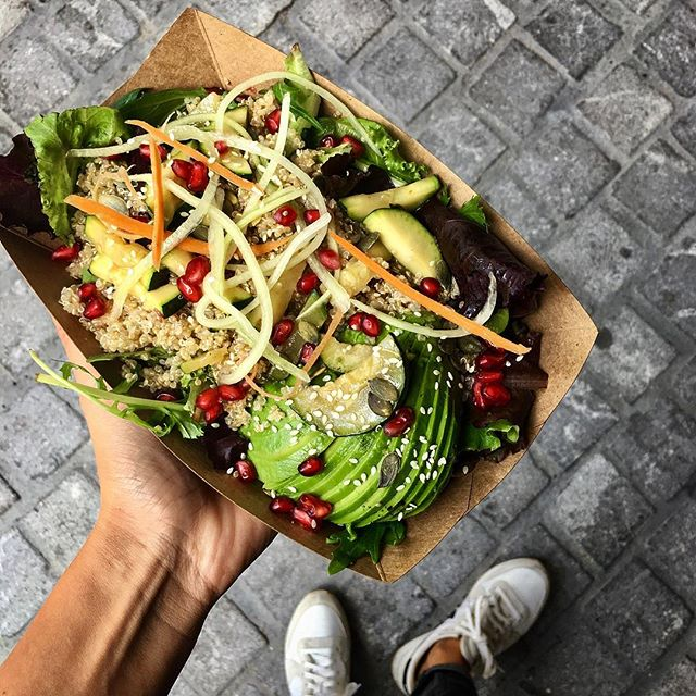 ☀️🌱🍴Hot temperatures call for fresh meals 🍴🌱☀️ #alateteduclient #streetfood #foodtruck #veganfood #salad #healthy #summer #foodpics #veggies #avocado #pomegranate #pumpkinseeds #yummy #eeeeeats