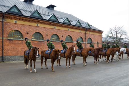 Uppvändning och avsittningsmanöver efter ridträning på kavallerikasernen.  Foto: Försvarsmakten