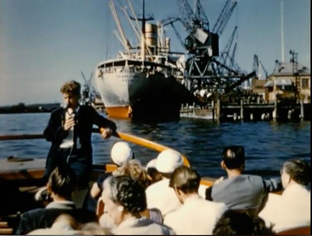 En tur med turistbåten Paddan. Stillbild från Den gyllene porten, 1957, regi Håkan Cronsioe.