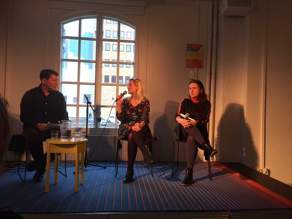Moderatorn Olav Fumarola Unsgaard, författaren och journalisten Lisa Bjurwald och Ord&Bilds redaktör Ann Ighe vid samtalet om Bokmässan på Litteraturhuset, onsdagen den 19 oktober.