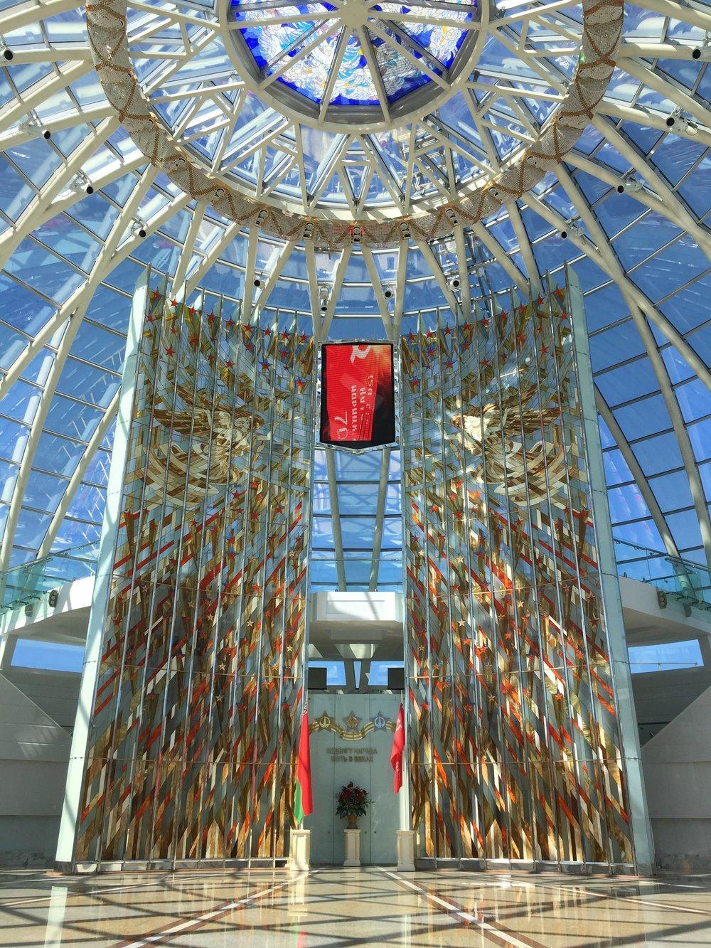 """Utställningen på krigsmuséet i Minsk slutar i """"segerhallen"""", en arkitektonisk parallell till glaskupolen på riksdagshuset i Berlin där den invaderande röda armén hissade den sovjetiska flaggan."""
