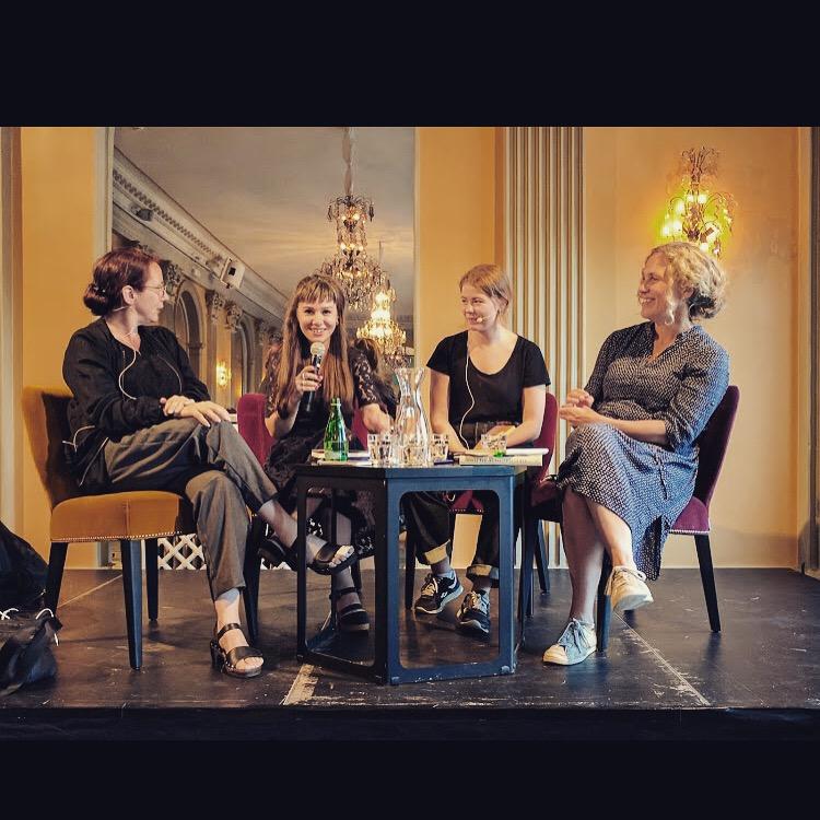 """Inspelning av samtalet """"Mina drömmars stad – om att flytta till Göteborg"""", den 16 augusti 2017 i Stora Teaterns kristallfoajé. Från vänster: Ann Ighe, Samira Motazedi, Saga Wallander och Marit Kapla."""