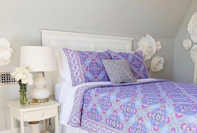 I have a feeling Harper is going to be napping a lot more with this comfy bedding. This pattern might look familiar to you! @verabradley just launched their own bedding line and it is so yummy! Bring on all the fun bright colors, patterns and naps. #verabradley #partner #sweetdreams