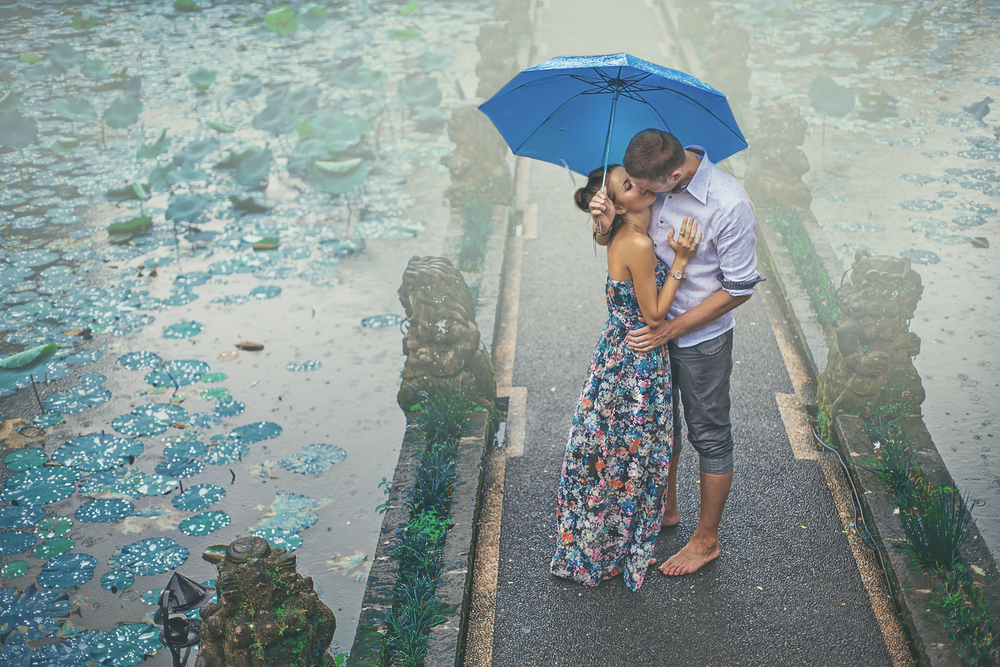 couple-kissing-under-the-rain-on-their-first-date.jpg