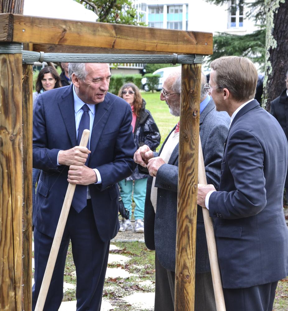 François Bayrou, mayor of Pau; Bernard Dalisson, president of Les Pacaniers de Jefferson; and American Consul Daniel Hall.