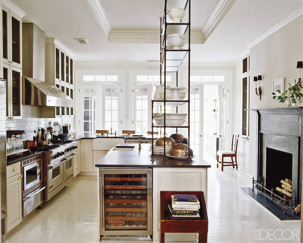 This kitchen..... WOW. Complete with a wine fridge and an antique italianétagère.